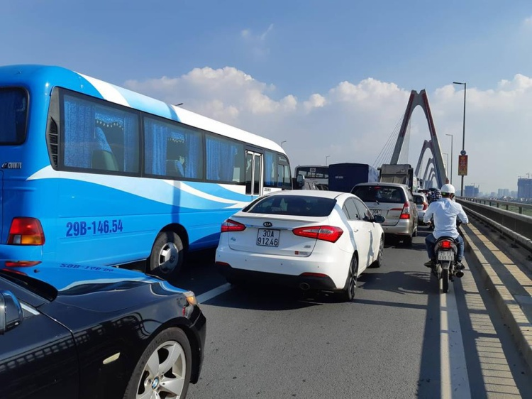 Hàng nghìn phương tiện chôn chân trong nắng nóng trên cầu Nhật Tân sau tai nạn.