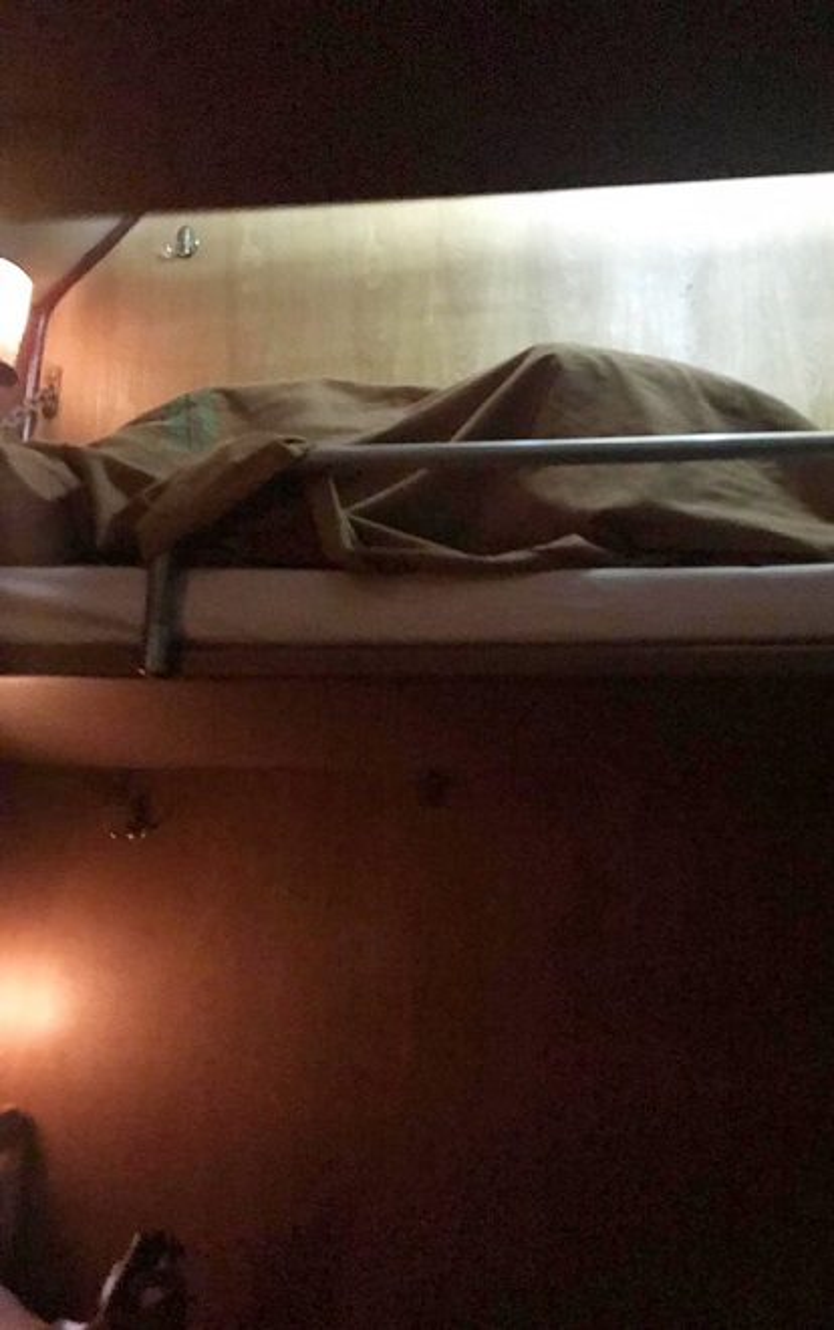 """Mới đây nhất là hình ảnh đôi tình nhân trẻ quyết """"ủ ấm"""" cho nhau trên tầng 2 giường nằm của tàu hỏa."""