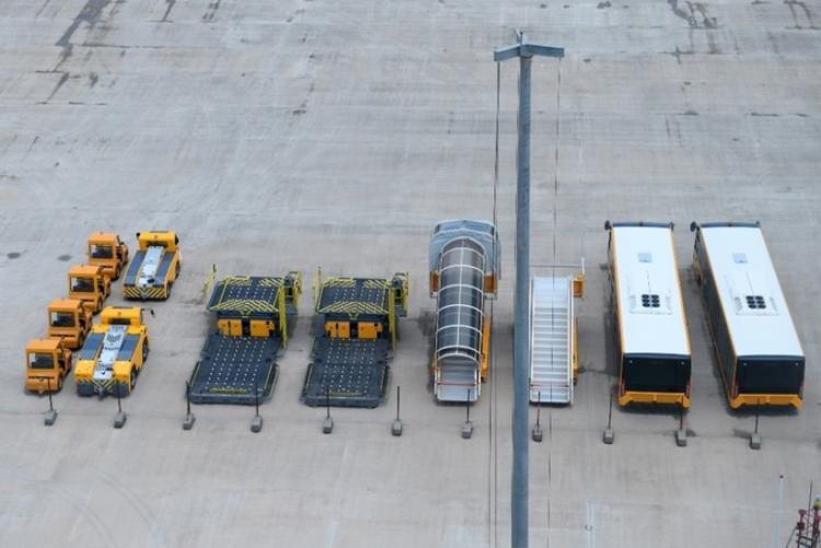 Các loại xe chuyên dụng và xe đưa đón du khách đã sẵn sàng. Dự kiến chính thức đi vào khai thác tháng 12/2018, Cảng hàng không quốc tế Vân Đồn sẽ có 9 tuyến bay với khả năng đón tiếp khoảng 7.000 lượt khách mỗi ngày