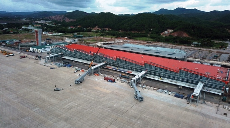 Nhà ga được xây dựng trên tổng diện tích gần 27.000 m2, thiết kế 2 cao trình đến và đi riêng biệt, có một cầu hành khách cho máy bay code E, ba cầu hành khách cho máy bay code C và bốn vị trí bãi đỗ xe (giai đoạn 1), 31 quầy thủ tục hàng không. Trong giai đoạn I đến năm 2020, nhà ga đáp ứng công suất phục vụ 2,5 triệu khách/năm, giờ cao điểm đạt 1.250 hành khách/giờ.