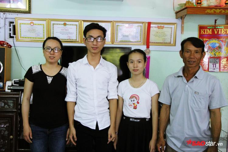 Gia đình ai cũng vui mừng vì thành tích học tập của cả hai anh em.
