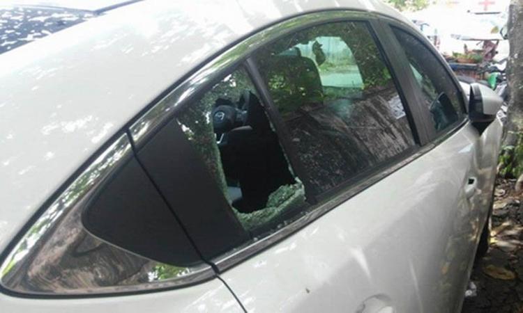Kính xe ô tô bị vỡ, ông Hòa phát hiện mình bị mất 2,8 tỷ đồng.