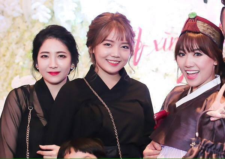 """Ngay từ khi xuất hiện cùng chị gái Hari Won trong đám cưới, thì Rudya Yoo (đứng giữa) - em gái ruột của Hari Won - đã gây ấn tượng khá tốt đến công chúng bởi sự trẻ trung, dễ thương """"đậm chất gái Hàn"""" của mình."""