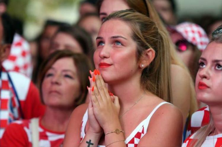 Kiều nữ Croatia và Anh 'đốn tin' NHM trên khán đài World Cup