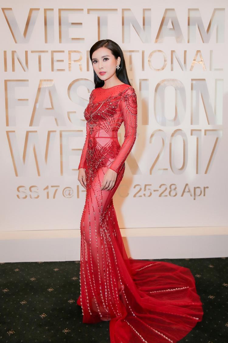 """Góp mặt tại Vietnam International Fashion Week, Cao Thái Hà nổi bật với chiếc váy đỏ xuyên thấu. Nữ diễn viên khá bạo tay khi lựa chọn váy áo """"nhìn thấu da"""" soi mọi ngóc ngách cơ thể như thế này."""