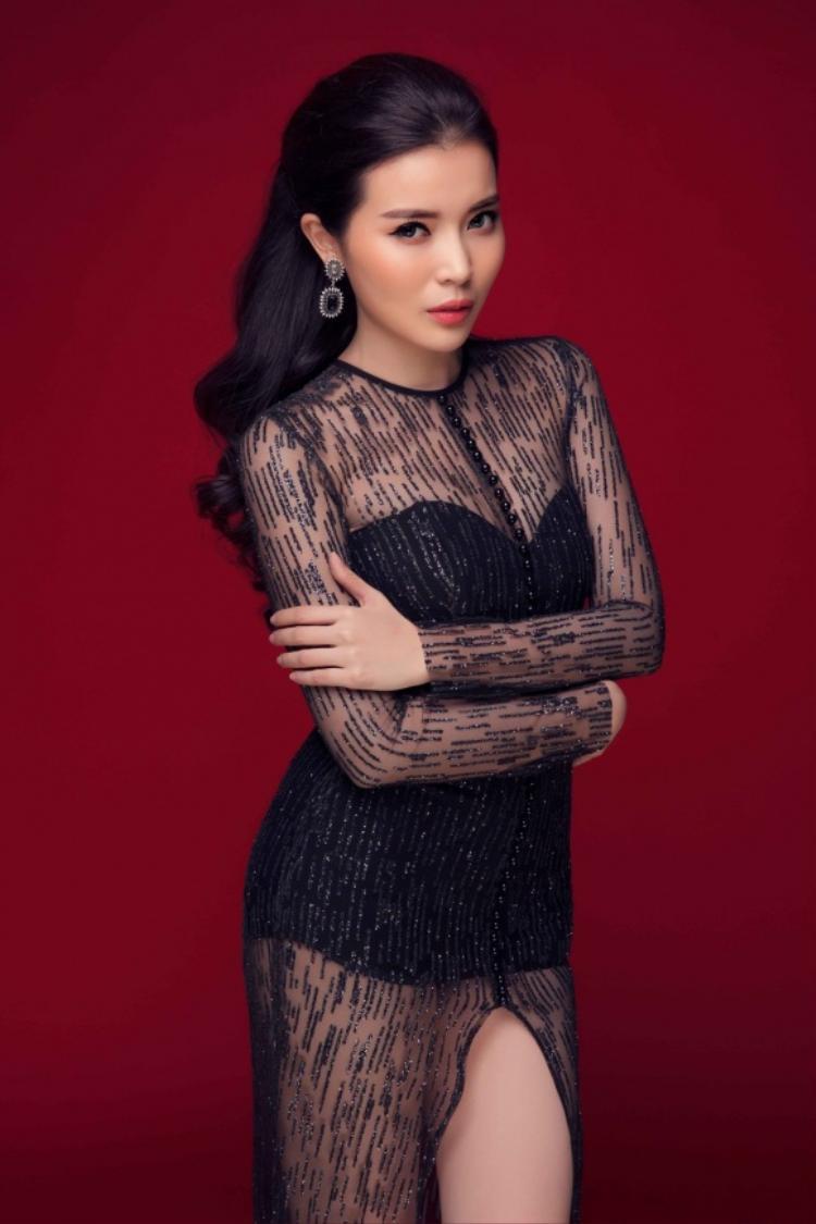 Trong những bức ảnh thời trang, người đẹp họ Cao vẫn trung thành với kiểu váy khoe da thịt.