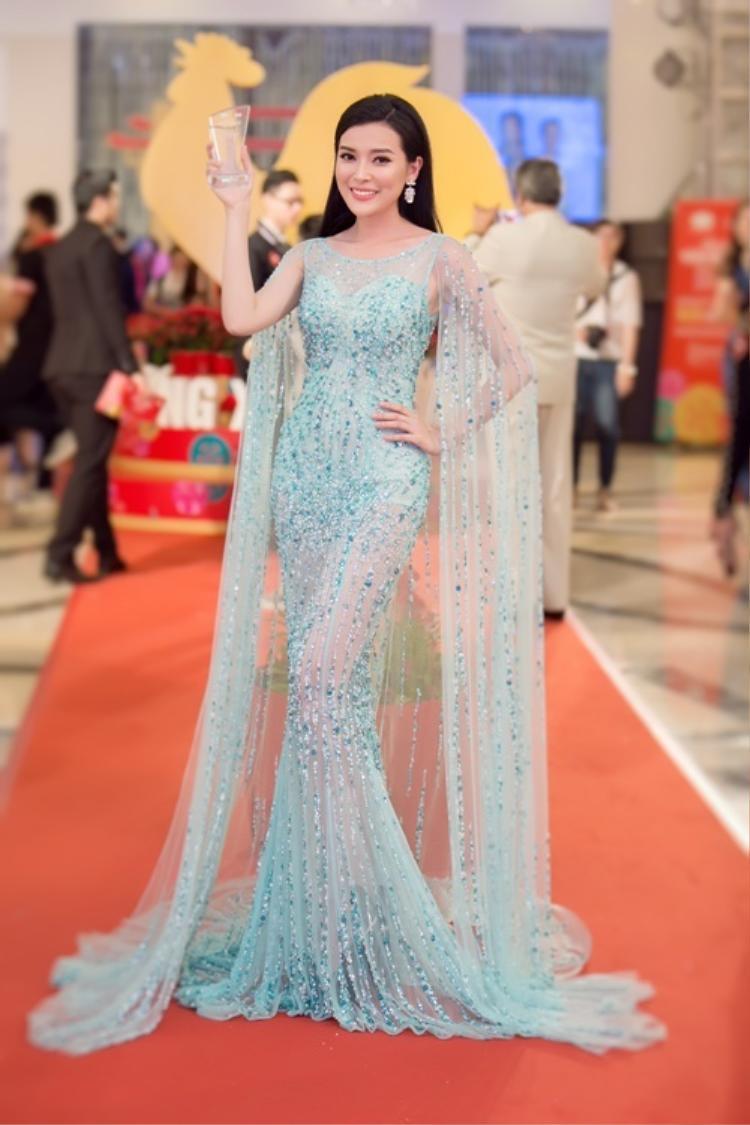 Trong nhiều sự kiện, nữ diễn viên họ Cao xuất hiện trên thảm đỏ với diện mạo ấn tượng, mặc trang phục mỏng manh gợi cảm. Ấy vậy mà không hề có chút phản cảm, phô phang.