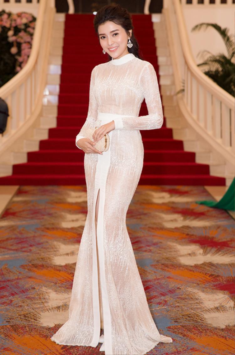 """Nữ diễn viên diện bộ đầm ôm sát với những họa tiết màu trắng trên nền tông nude dễ gây hiểu lầm. Trên thực tế, ngoài việc khéo léo khoe những đường cong gợi cảm đây là bộ trang phục gần như """"kín cổng cao tường""""."""