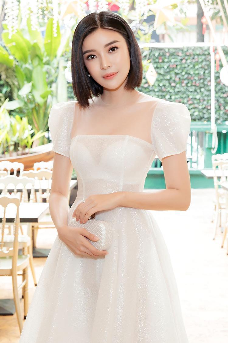 Dù là sự kiện lớn, nhỏ hay chỉ đơn thuần là trang phục hàng ngày, người đẹp luôn ưu tiên cho những bộ cánh gợi cảm khoe lợi thế vóc dáng cùng làn da trắng hồng.