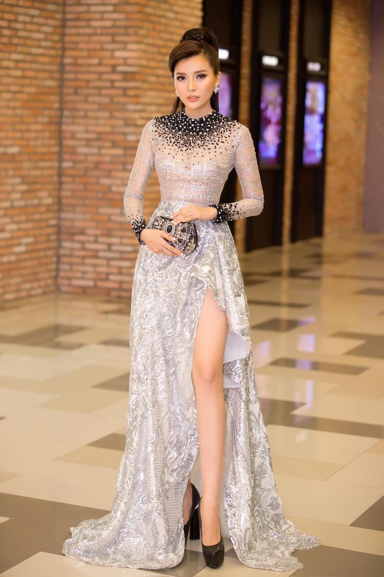Khi chọn váy xuyên thấu, người đẹp khéo léo khi chọn thiết kế có phụ kiện hỗ trợ an toàn nhất cho các điểm nhạy cảm trên cơ thể, nhờ đó mà cô có thể tránh được những sai sót không đáng có.