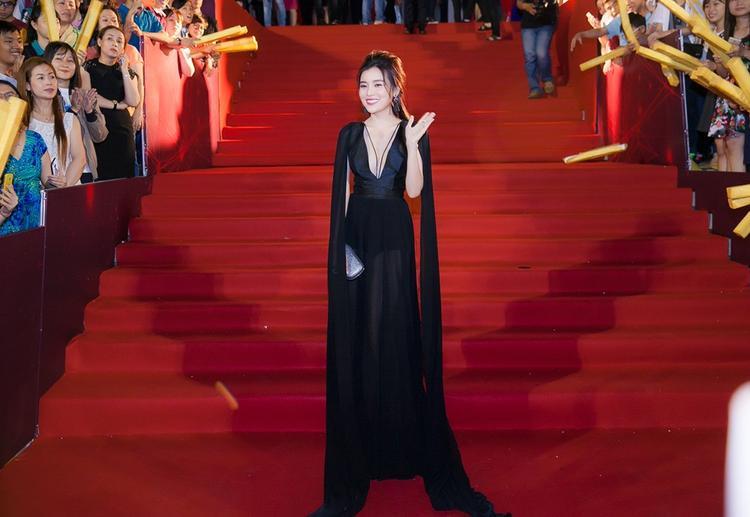Dường như Cao Thái Hà không để cho một kiểu váy áo nào khác có cơ hội được tỏa sáng, bởi cứ đi sự kiện là cô nàng sẽ diện mốt xuyên thấu.Trong 10 sự kiện thì có tới 9 sự kiện nữ diễn chọn váy áo mỏng như sương trên thảm đỏ.