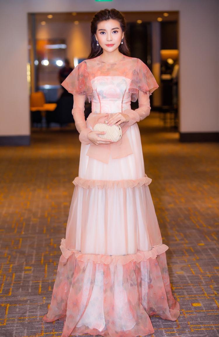 """Ngoài trang phục có phom dáng bó sát thì những thiết kế suông """"ém"""" đường cong cũng được cô sử dụng."""
