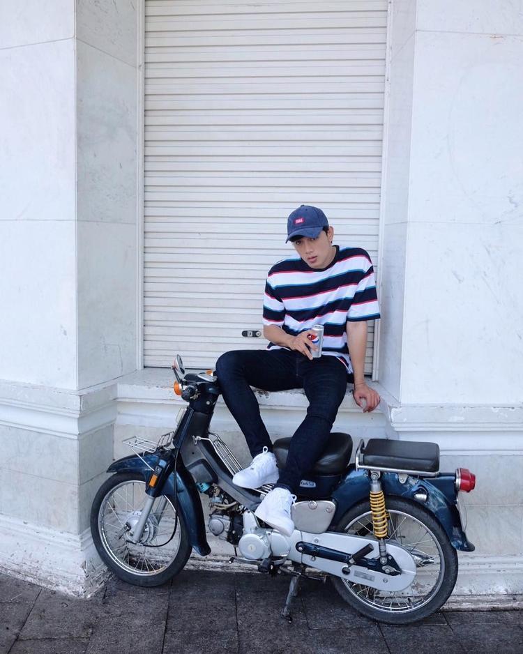 Set đồ năng động, basic gồm áo thun sọc, quầb jeans và mũ lưỡi trai là cách Thuận Nguyễn lựa chọn để tự tin ra phố.