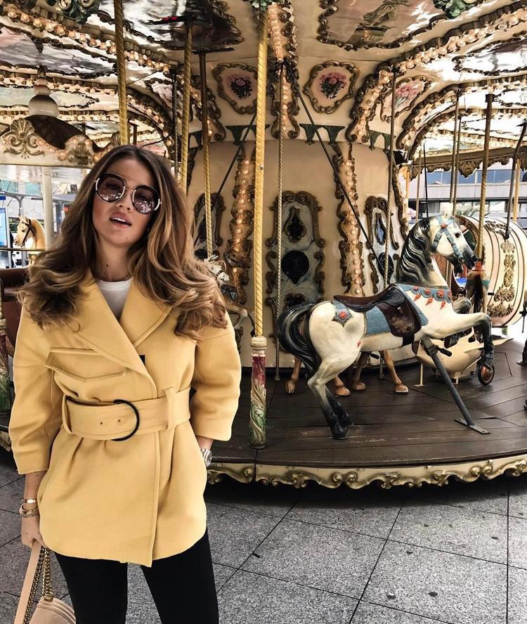 Chiếc áo khoác màu vàng hot trend càng tăng thêm phần sang chảnh khi được Izabel phối cùng các phụ kiện đi kèm với sắc be của chiếc Chanel boy và kính mát màu tràm.