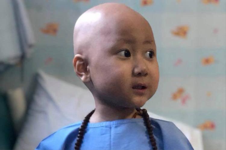 Hình ảnh bé Quang Minh (Bão) trong thời gian chống chọi với căn bệnh ung thu máu.