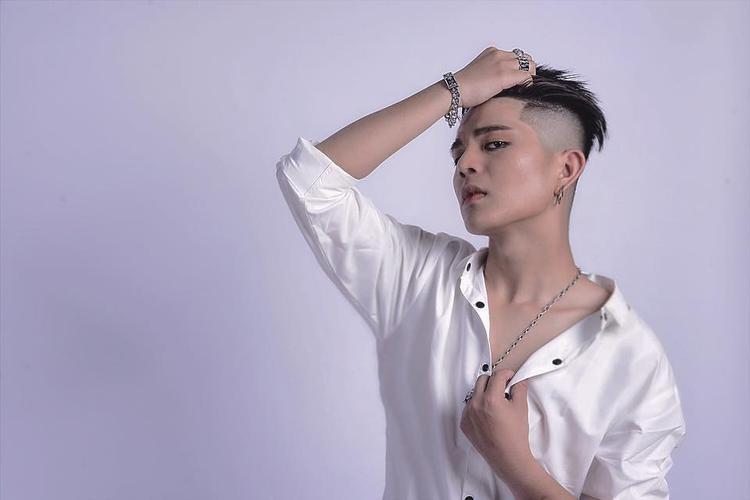 Quang Anh trang điểm đậm trong bộ ảnh mới nhất.