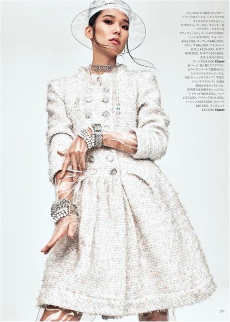 Chanel gợi ý cách mix nguyên set cùng tông, tránh rườm rà cùng găng tay chất liệu trong suốt.