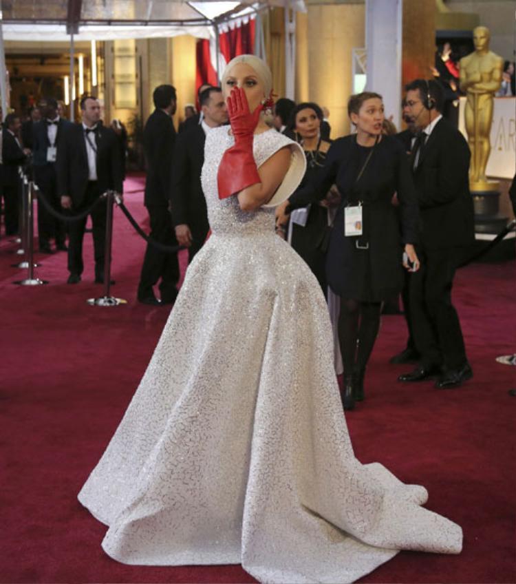 """Đặc biệt, nhắc đến món phụ kiện này, các tín đồ thời trang chắc hẳn không thể quên được đôi bao tay """"thần thánh"""" mà Lady Gaga từng sử dụng."""