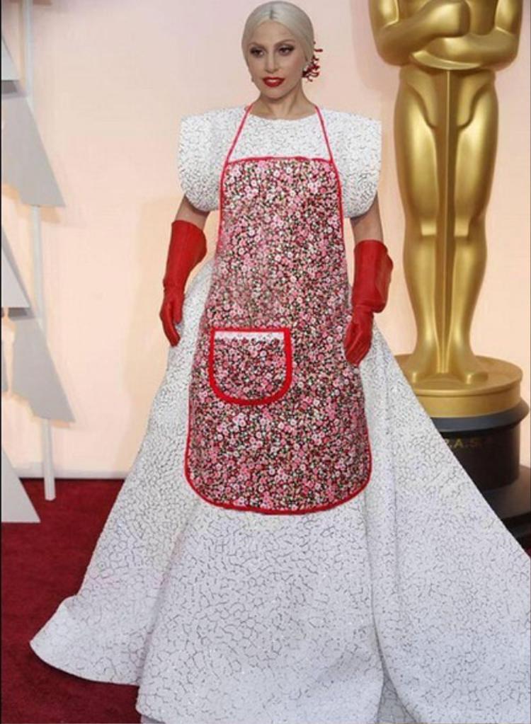 Hình ảnh cô nàng cùng đôi bao tay làm bếp này từng một thời trở thành nguồn cảm hứng cho vô số ảnh chế hài hước của cộng đồng mạng.
