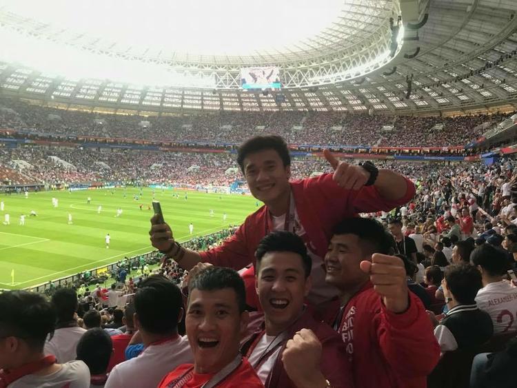 Tuyên bố là cổ vũ cho Tam Sư, sáng nay Huyme đành ngậm ngùi nhìn đội bóng của trai đẹp Harry Kane về nước. Đây là lần đầu tiên Vlogger điển trai và 3 cầu thủ được thưởng thức trực tiếp 1 trận bán kết World Cup.