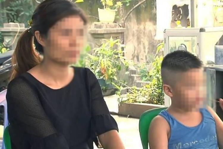 Hình ảnh chị Hương bên con trai bị trao nhầm.