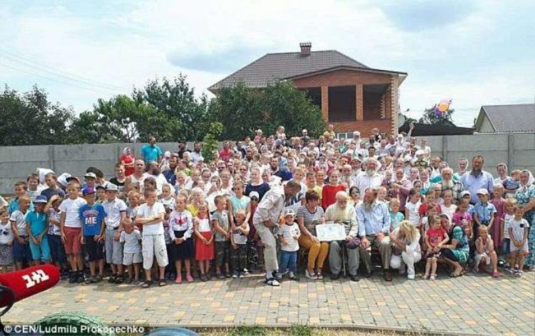 Đại gia đình với 346 thành viên ởUkraine.