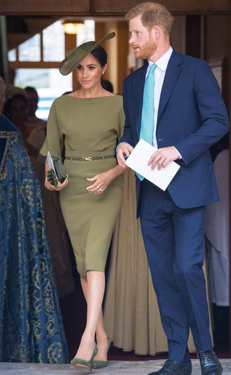 Tiếp đó, cô lại diện 1 thiết kế màu xanh oliu cùng dáng cổ thuyền cạn khi tham dự vào lễ rửa tội của Hoàng tử bé hôm 9/7.