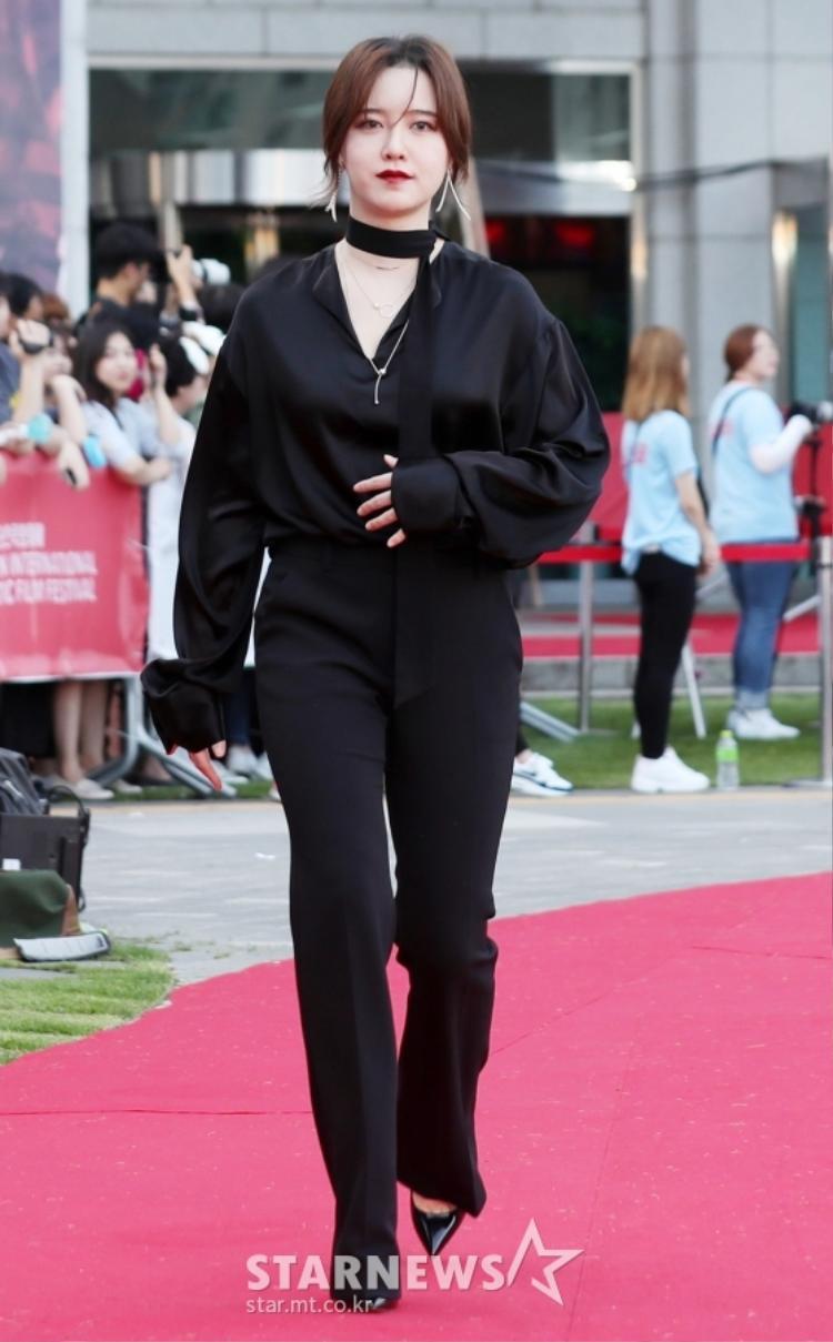 """Nữ chính """"Vườn sao băng"""" Goo Hye Sun diện bộ đồ màu đen làm tôn lên làn da trắng trẻo vốn có của mình."""
