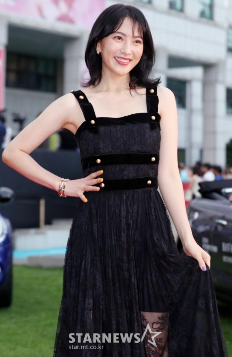 Em út của Kara cũng chọn cho mình bộ cánh màu đen, không quá đứng tuổi, hoàn toàn phù hợp với độ tuổi của cô. Hiện tại Ji Young làm nghệ thuật và tham gia đóng phim điện ảnh tại Nhật.