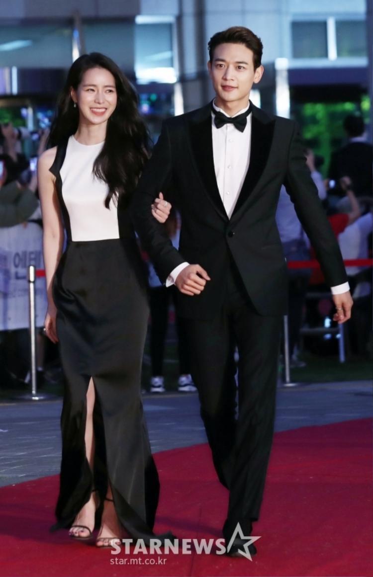 Lim Ji Yeon khoe nhan sắc đẹp rạng ngời, sánh đôi cùng Minho trên thảm đỏ.