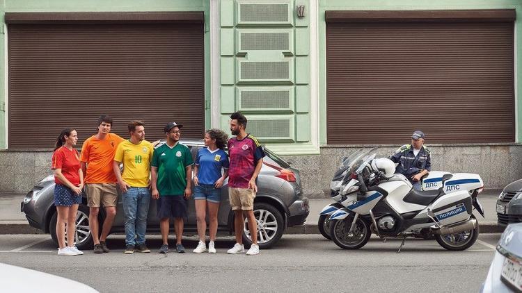 Nga cấm biểu tình đồng tính ư? 6 người này đã nghĩ ra cách bung lụa khác vô cùng sáng tạo