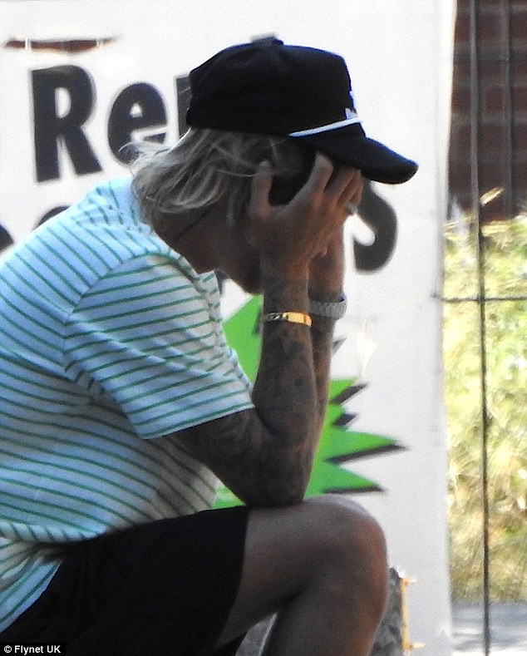 Justin ôm mặt khổ não.