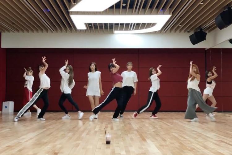 Các cô gái đã mang lại nguồn năng lượng vô cùng tươi mới khi thể hiện điệu nhảy này.