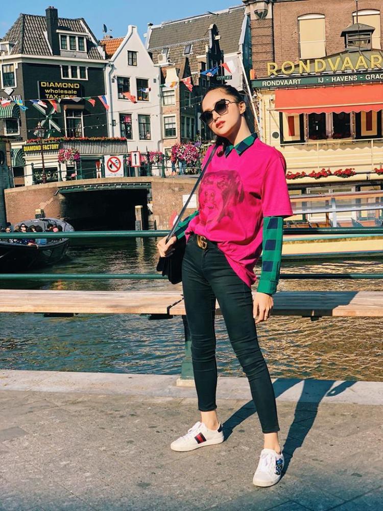 Cô cũng không quên mang theo chiếc túi bản lớn đắt đỏ. Vẻ ngoài của Hương Giang được khen ngợi đẹp chẳng kém fashionista nước ngoài.