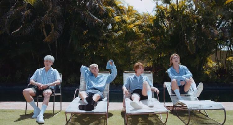 Có ai lại không thích mặc màu xanh da trời vào mùa hè?