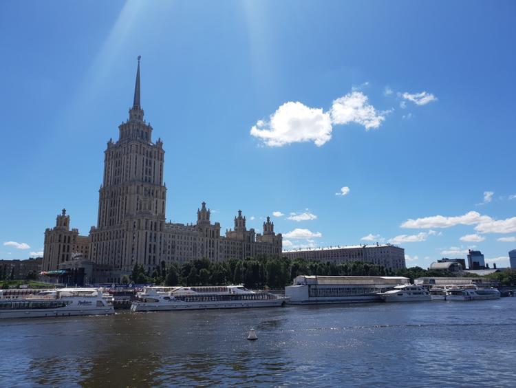 Nằm trong 7 tòa nhà đồ sộ tại Moscow dưới thời Stalint, tòa nhà hành chính đại học Quốc Gia Moscow được khắc họa một cách rõ nét dưới ống kính của Galaxy S9+. Bức ảnh cho thấy sức mạnh của khẩu độ f/2.4 khi thời điểm 2 giờ trưa, nắng rất gắt nhưng vẫn không bị cháy sáng.