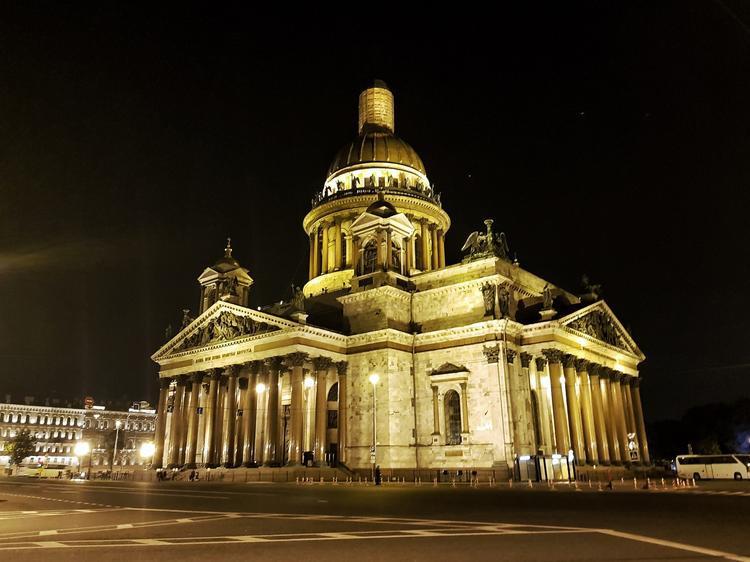 """Sau tất cả những ồn ào ban ngày, thành phố Petersburg lại khoác lên người chiếc áo trầm mặc. Một bức ảnh hoàn hảo của Nhà thờ chính tòa thánh Isaac uy nghiêm, tráng lệ lúc 0h. Nét đẹp trang nghiêm, cổ kính đều được thể hiện chân thực, sinh động qua """"đôi mắt"""" của Galaxy S9+ ở khẩu độ F/1.5, cho khả năng bắt sáng mạnh mẽ trong bóng tối."""