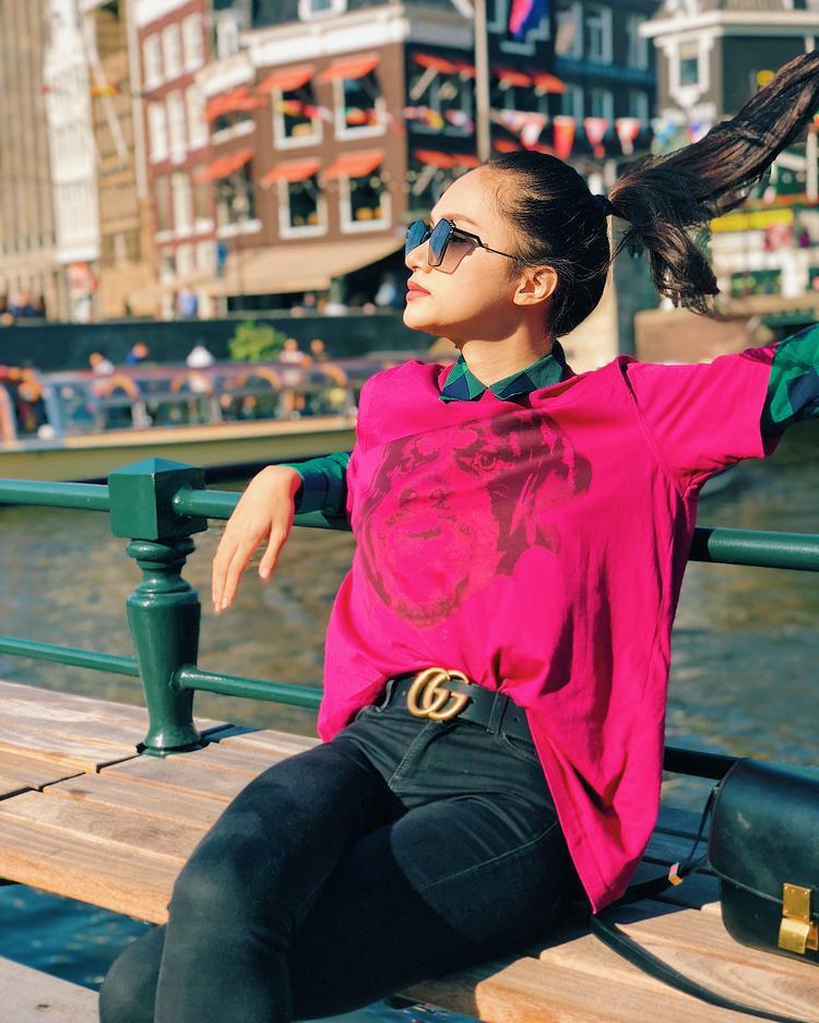 Bỏ quên váy áo lộng lẫy, hoa hậu Hương Giang thật trẻ trung năng động khi vi vu tại nước ngoài. Tuy thế, người đẹp vẫn không quên trưng trổ loạt phụ kiện thời thượng nhằm tăng vẻ cá tính.