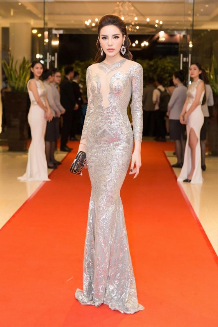 Trong một thiết kế ôm sát màu bạc kim đã phô diễn đường cong nóng bỏng của Kỳ Duyên. NTK Đức Vince đã thổi hồn vào chiếc váy, chăm chút từng từng đường kim mũi chỉ nhằm mang lại một hình ảnh lộng lẫy nhất cho cựu Hoa hậu Việt Nam.