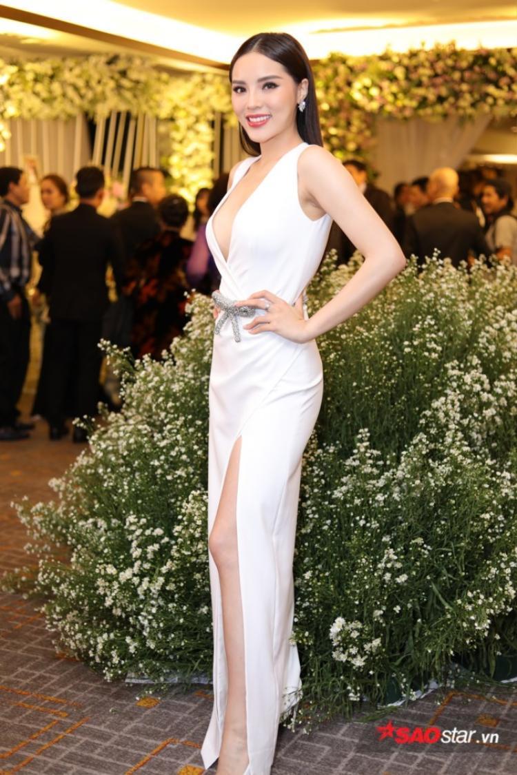 Chiếc váy trắng cắt trên, xẻ dưới giúp cho Kỳ Duyên ghi điểm tuyệt đối khi xuất hiện trong lễ cưới của Diệp Lâm Anh.