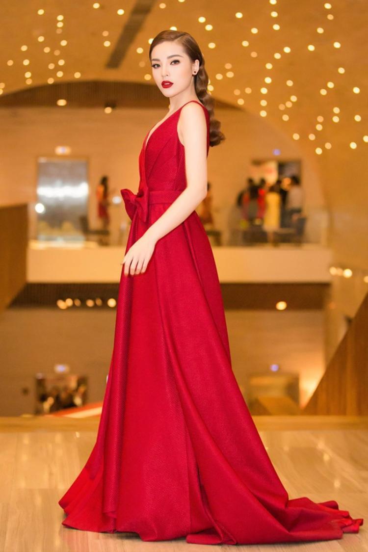 Đầu tiên là chiếc đầm đỏ nổi bật của NTK Đỗ Mạnh Cường giúp cho Kỳ Duyên tôn lên được làn da trắng trong sự kiện vào cuối tháng 1. Sự tối giản trong form váy cũng như cách lựa chọn phụ kiện càng làm tăng lên nét sang trọng cho nàng Hậu.