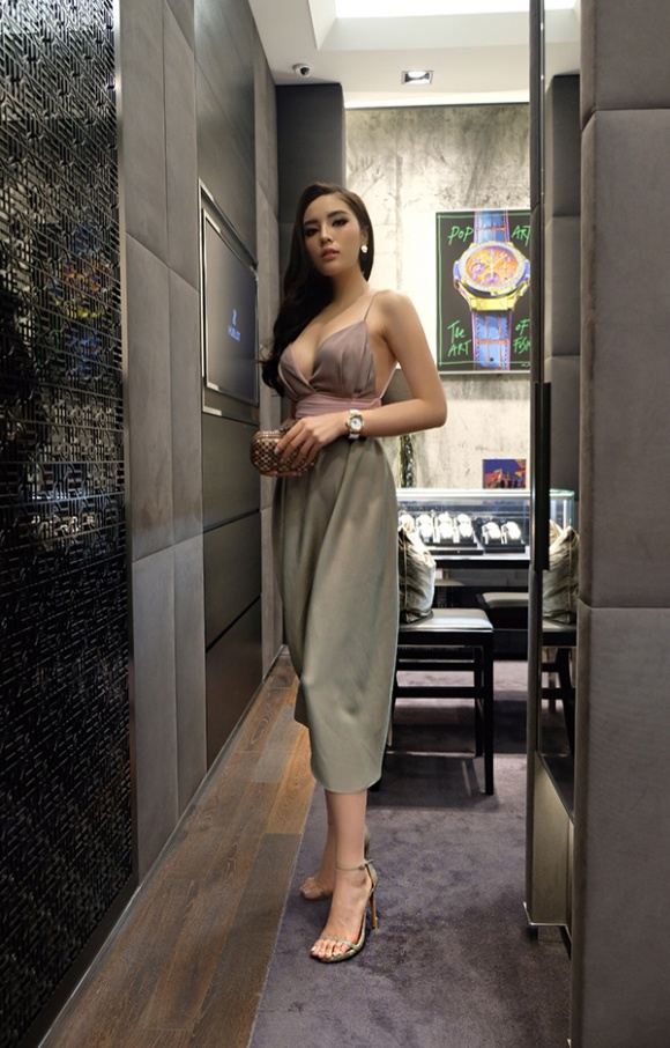 Chiếc đầm khiến công chúng hoang mang nhất vào dịp tháng 6 khi Kỳ Duyên tham dự sự kiện tại Singapore. Nhiều ý kiến gay gắt vì độ hở quá táo bạo của một nàng Hoa hậu.