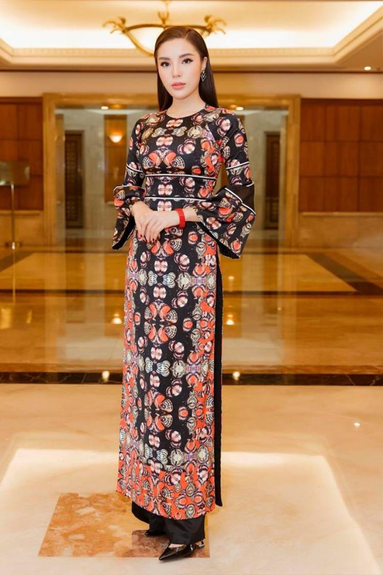Và đương nhiên không thể thiếu đi tà áo dài duyên dáng. Một hình ảnh Kỳ Duyên e ấp, kiêu kỳ trong chiếc áo dài lụa trong sự kiện họp báo Hoa hậu Việt Nam đã thực sự đốn tim fan hâm mộ ngay từ ánh nhìn đầu tiên.