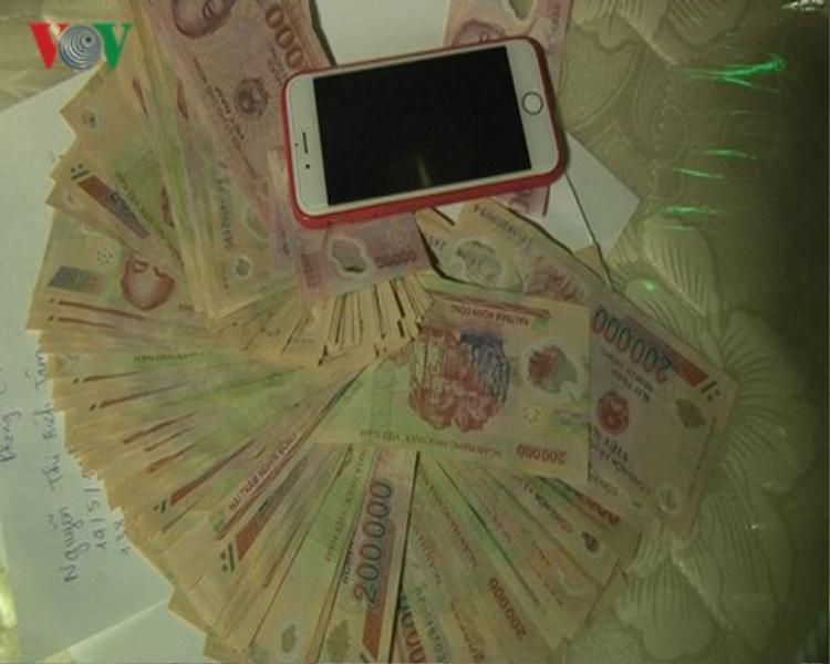 Số tiền các đối tượng dùng để chơi ma túy. Ảnh: VOV.