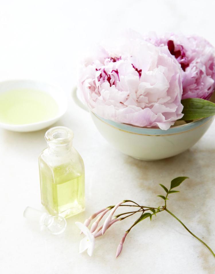 Bên cạnh hoa tươi thì hương hoa cũng giúp bạn cảm thấy hạnh phúc hơn trong ngôi nhà của mình.