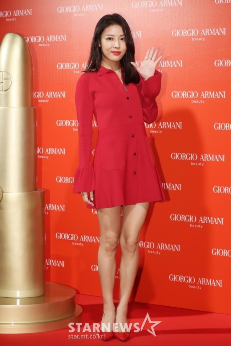 Yubin nổi bật trong bộ đầm đỏ rực.