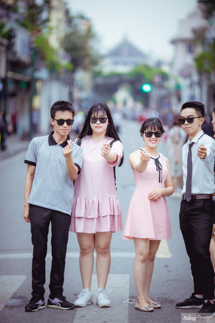 Vương Xuân Hoàng (ngoài cùng bên trái) và các bạn.
