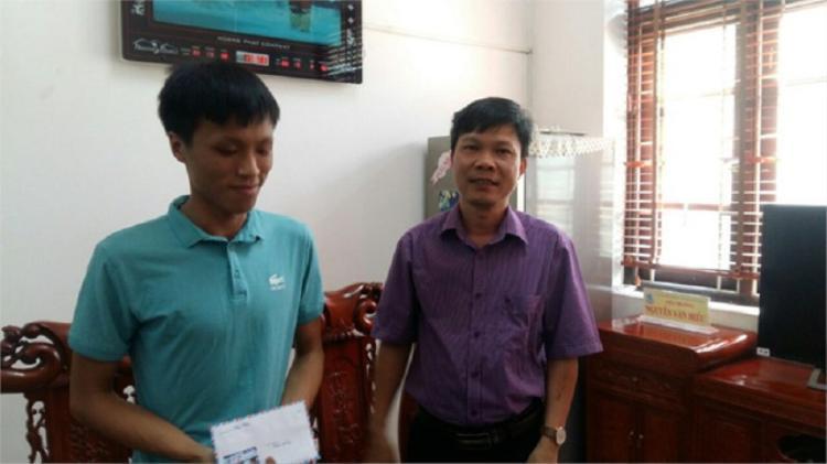 Vương Xuân Hoàng chụp ảnh cùng thầy Nguyễn Văn Hiếu - Hiệu trưởng trường THPT Thuận Thành 1, Bắc Ninh.