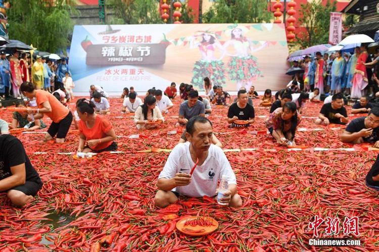"""Không chỉ """"Thử thách thùng cay"""", cuộc thi ăn ớt cay mới đây cũng được tổ chức tại cổ thành Thán Hà, huyện Ninh Hương, tỉnh Hồ Nam."""