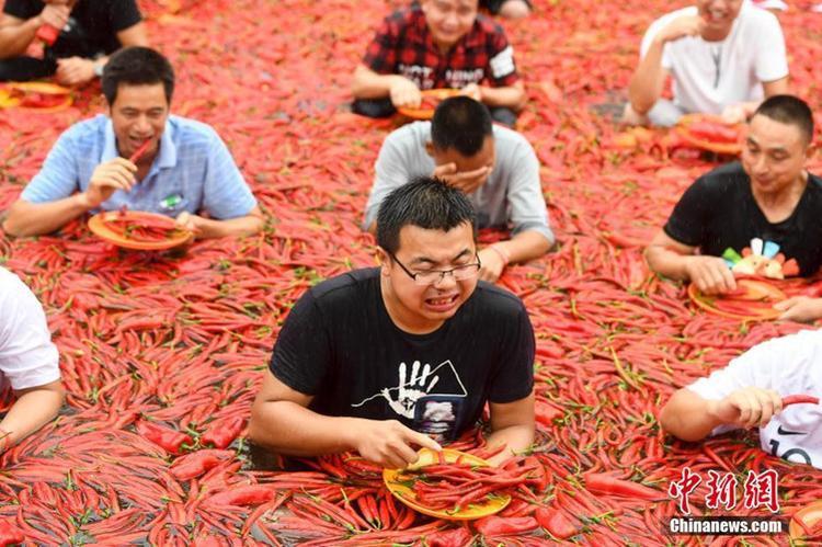 Những người tham gia thử thách này sẽ phải ngồi trong một cái ao phủ đầy ớt và thi ăn ớt.